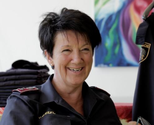 Frau Justizanstalt Salzburg lächelnd